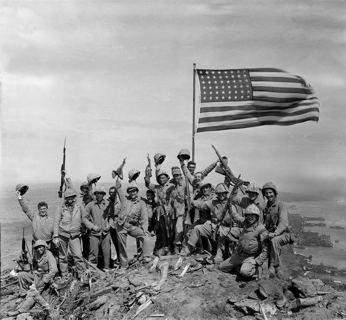 Depois de tirar uma foto espontânea da bandeira no topo do Monte Suribachi, Rosenthal pediu a ...