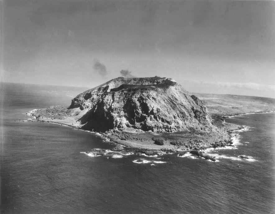 Dominada pelo Monte Suribachi, com 168 metros de altura, a ilha de Iwo Jima era um ...