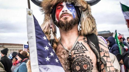 """Jake Angeli, o autointitulado """"QAnon Shaman"""", tem tatuagens pelo corpo de símbolos nórdicos e vikings que, ..."""