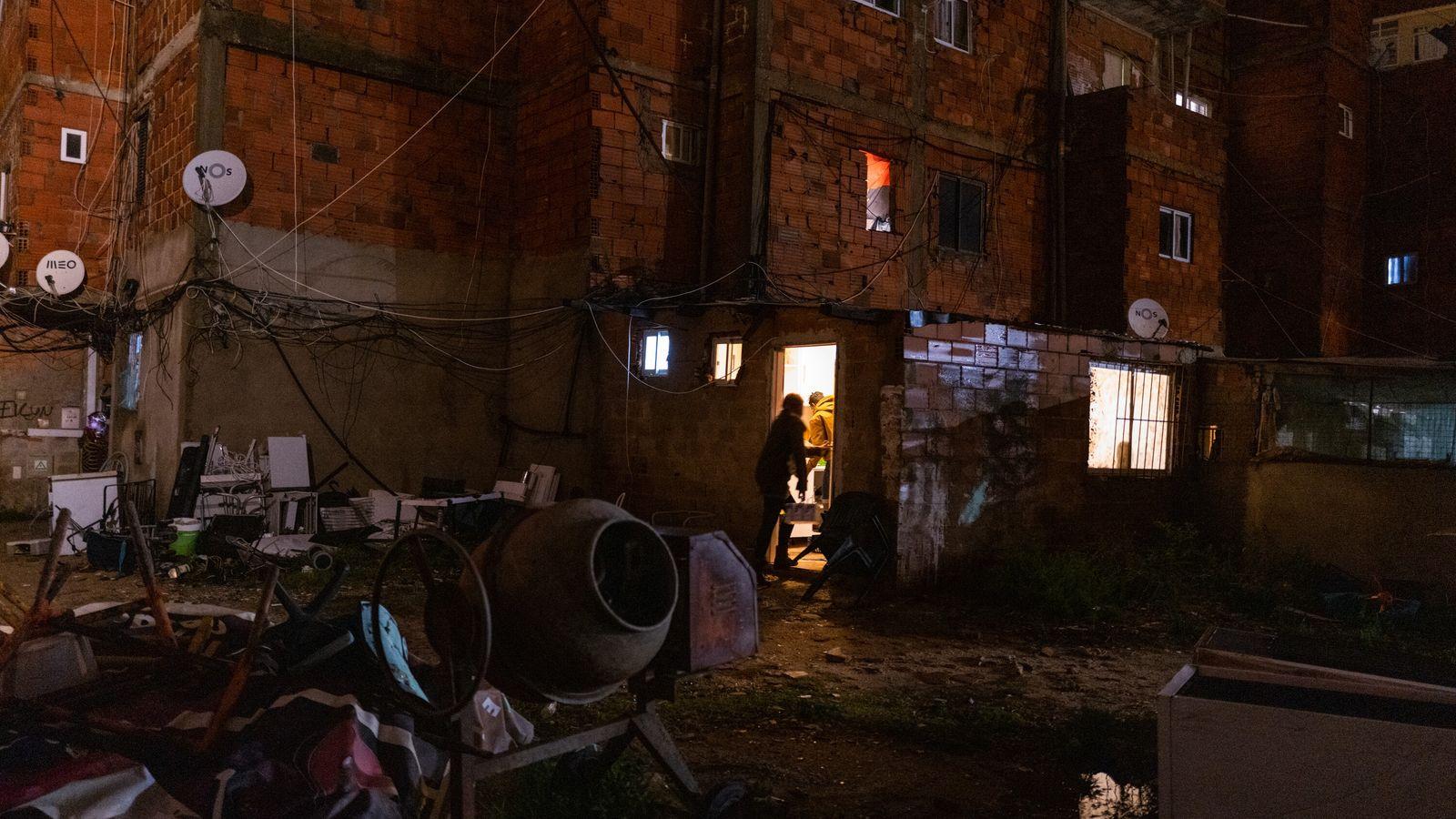 Cerca de 700 pessoas que vivem em condições precárias – no frio, em meio a goteiras, ...