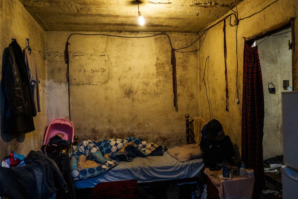 Este é o quarto de Arioste Mandinga, 59 anos. Arioste é natural de São Tomé e ...