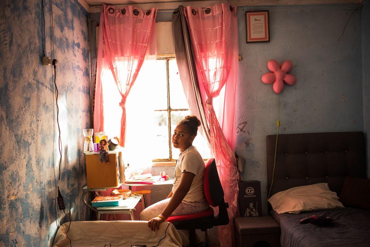 Lurdes Pontes, 10 anos, posa para um retrato na sua secretária de estudo.