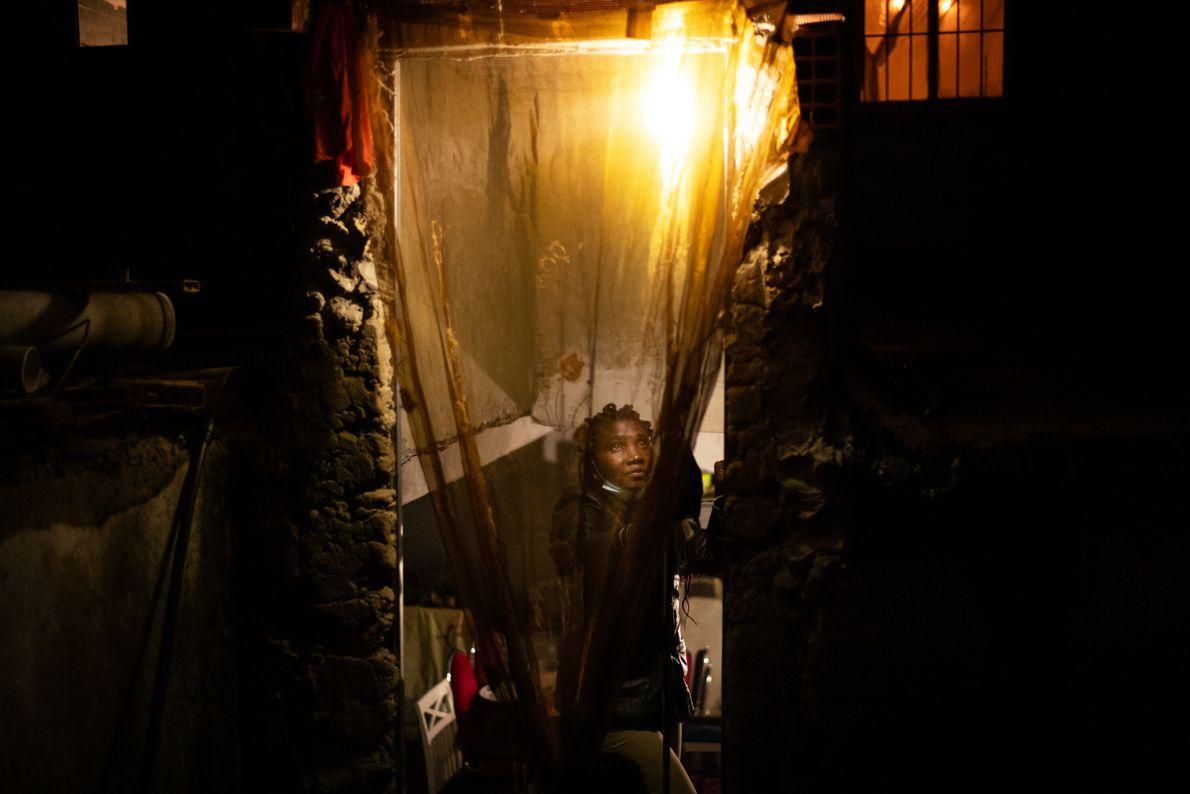 Telma Reis, 36 anos, abre a cortina da casa onde mora com os três filhos. Telma ...