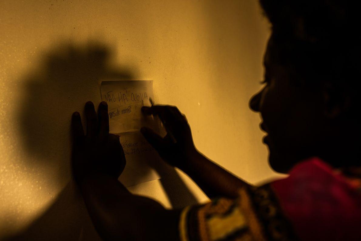 """Manuela Pedro, 34 anos, escreve uma nota para o seu namorado: """"Não há água desde a ..."""