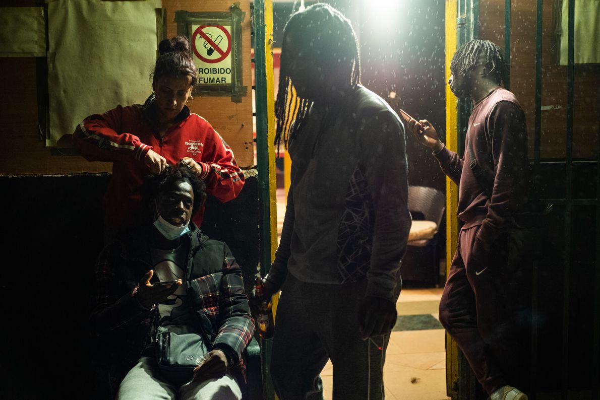 Roberto Cravid, o Kid Robinn (sentado à esquerda), um rapper nascido e criado no bairro da Jamaica, ...