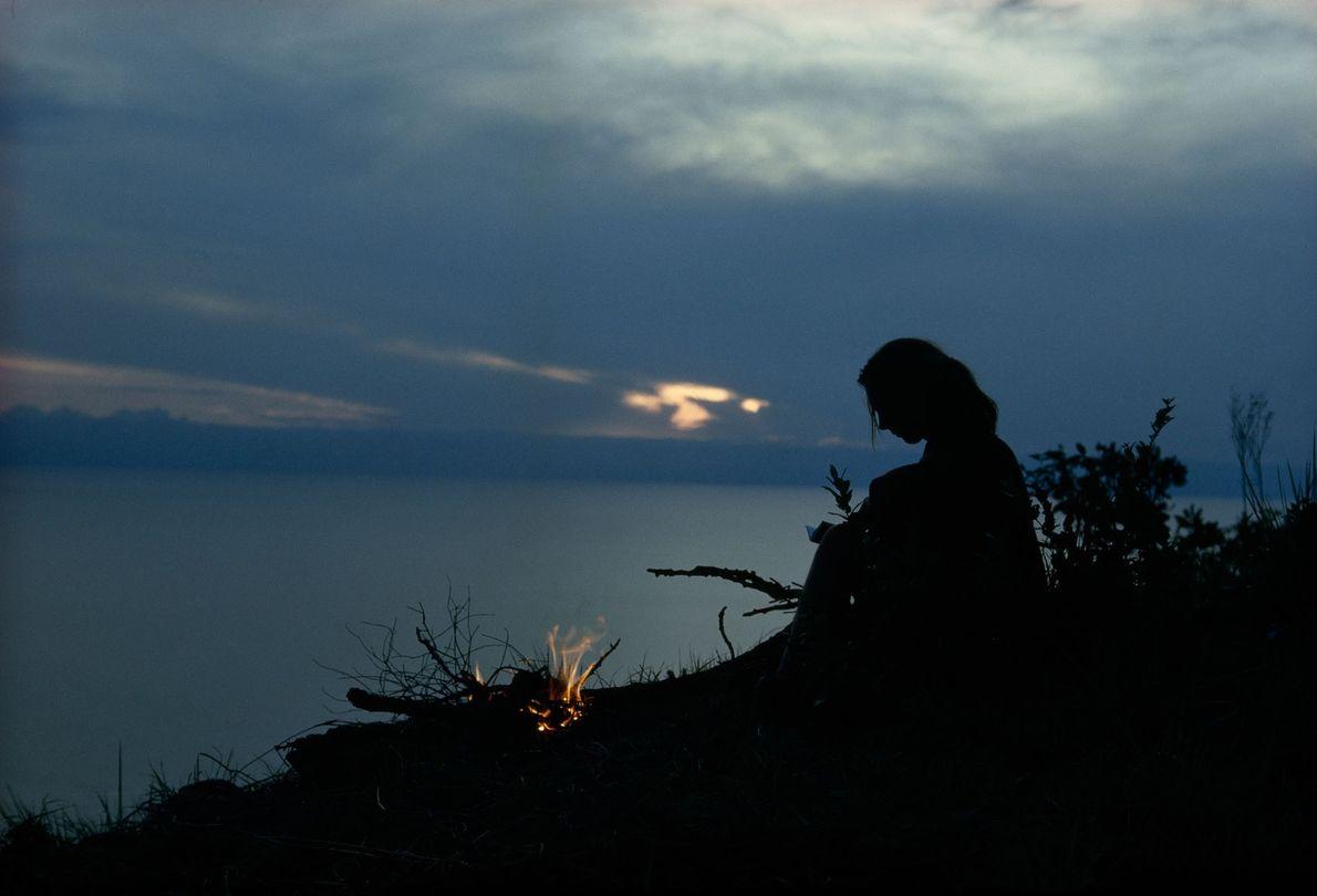Desde os primeiros dias em Gombe, Jane ocasionalmente acampava em um ponto alto da reserva para ...