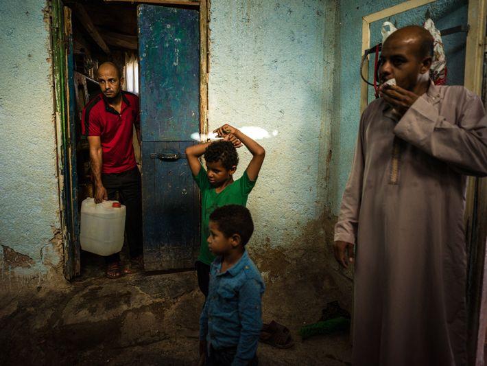 Acompanhados dos filhos, os irmãos Jafar e Amir carregam suas reservas de água para uso doméstico ...