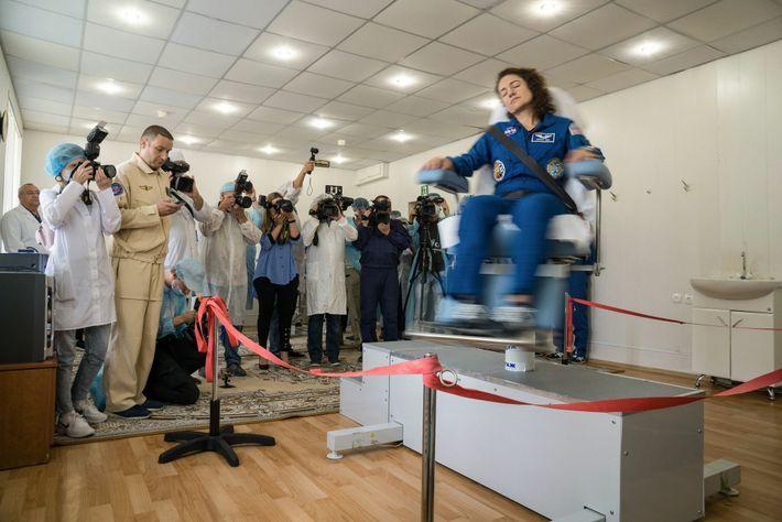 Astronauta da Nasa Jessica Meir em uma cadeira giratória para testar seu sistema vestibular nos alojamentos ...