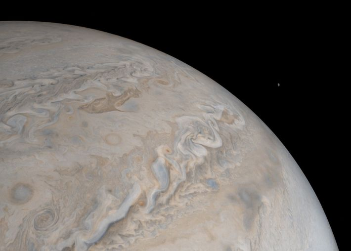A lua Io ergue-se sobre Júpiter nesta imagem da sonda Juno da Nasa. Um pouco maior ...