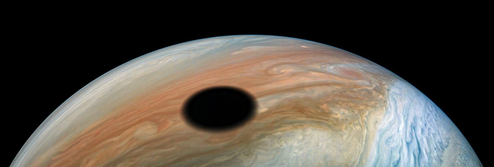 Io, satélite vulcânico que completa uma órbita ao redor do planeta Júpiter a cada 42 horas, ...