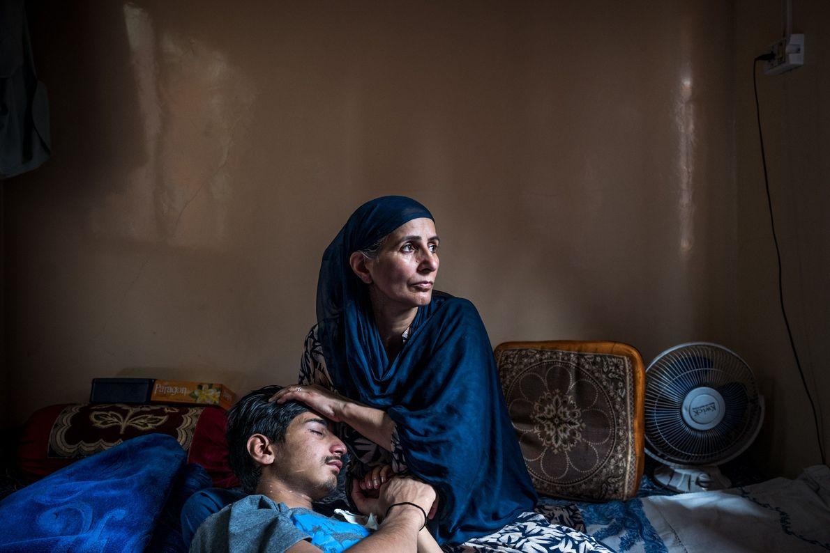Farzan Sheikh, 16, foi atingido por uma bala de borracha no olho esquerdo atirada por um ...