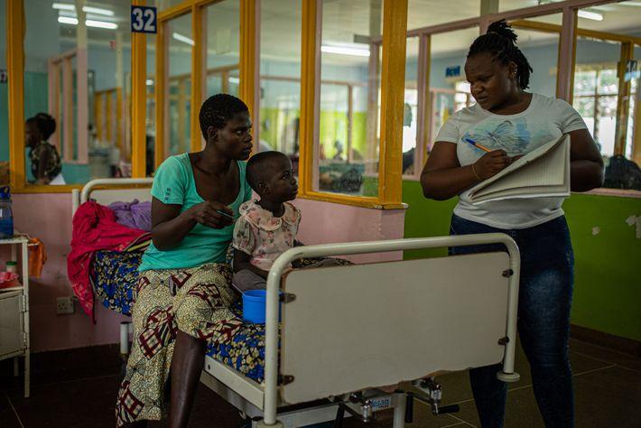 Sheila Musungu, de quatro anos, contraiu malária no Hospital de Referência e Ensino de Kakamega, onde ...