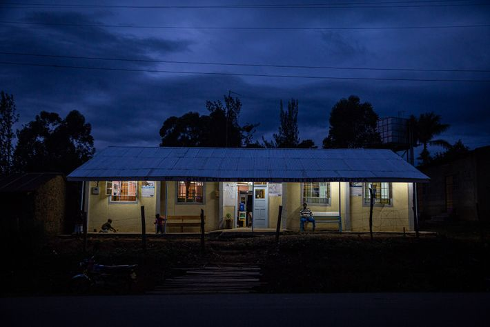 Clínicas privadas como o Cheldeb Medical Center, em Kakamega, Quênia, são responsáveis pela maior parte do ...