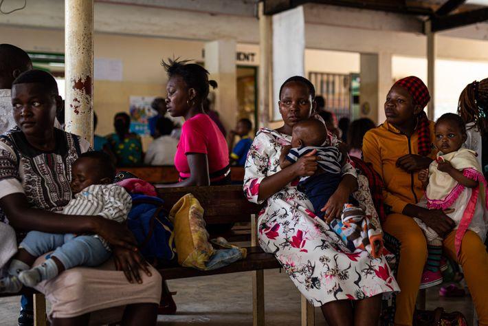 Mulheres aguardam no Hospital Distrital de Iguhu, no oeste do Quênia, para que seus bebês possam ...