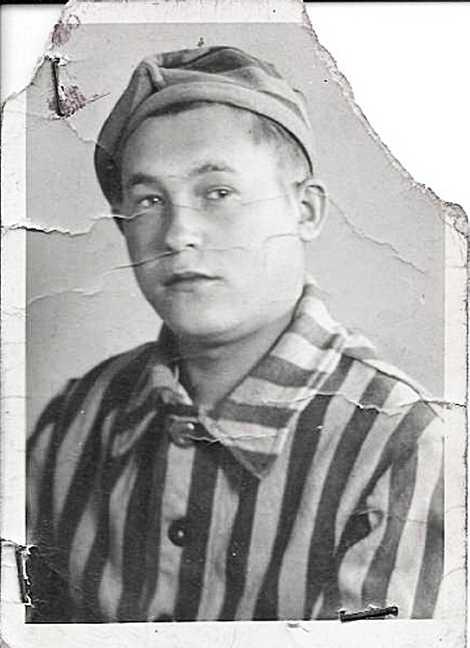 Kiwa guardou o uniforme de Auschwitz e posou para um retrato em julho de 1945. Ele ...