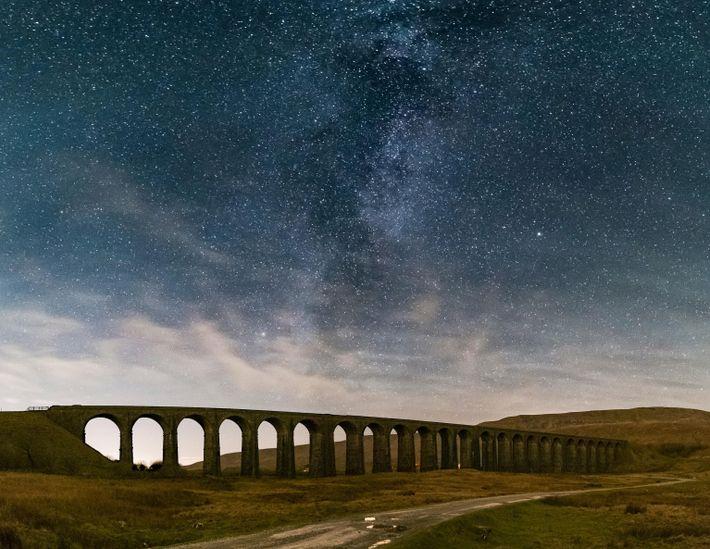 A Via Láctea se eleva sobre o histórico viaduto de Ribblehead, em North Yorkshire, na Inglaterra.