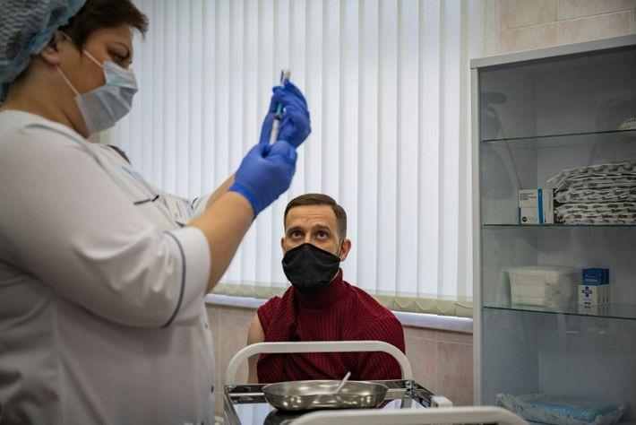 Médico russo recebe a vacina Sputnik V em uma clínica de Moscou, em dezembro de 2020. ...