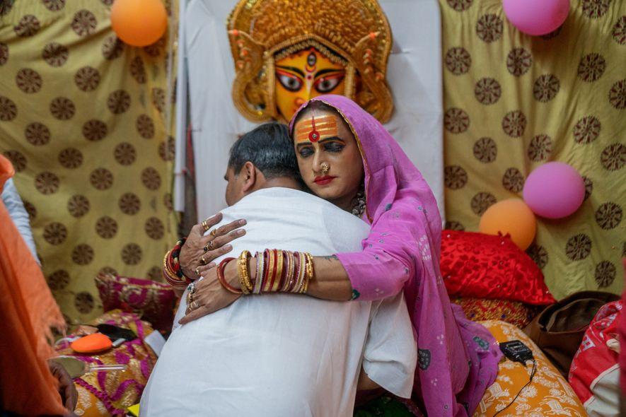 Laxmi Narayan Tripathi abraça um devoto.