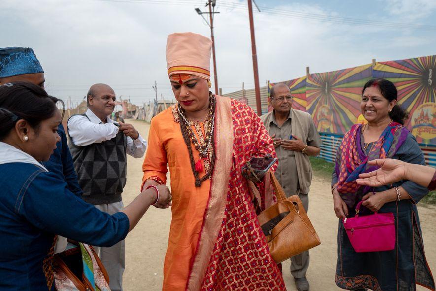 Pavitra Nimbhorakar abençoa uma peregrina.