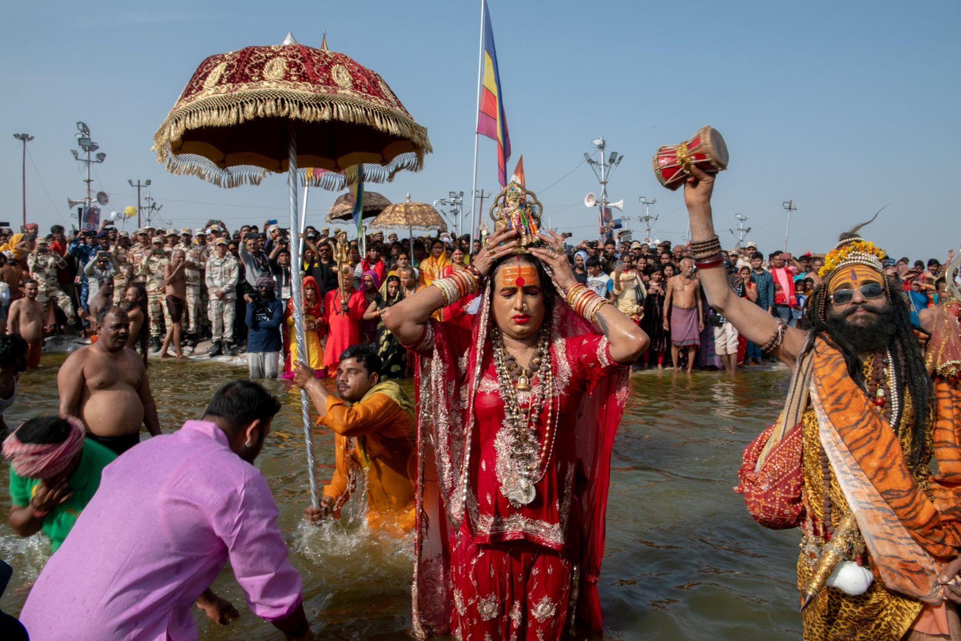 Laxmi Narayan Tripathi ora ao Deus Shiva durante o banho sagrado no rio Ganges. Os banhos ...