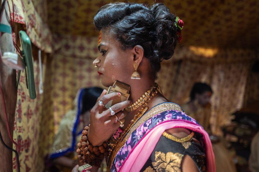 Rishika Kevat, de Indore, com 19 anos, prepara-se para o shahi snan, um ritual de imersão ...