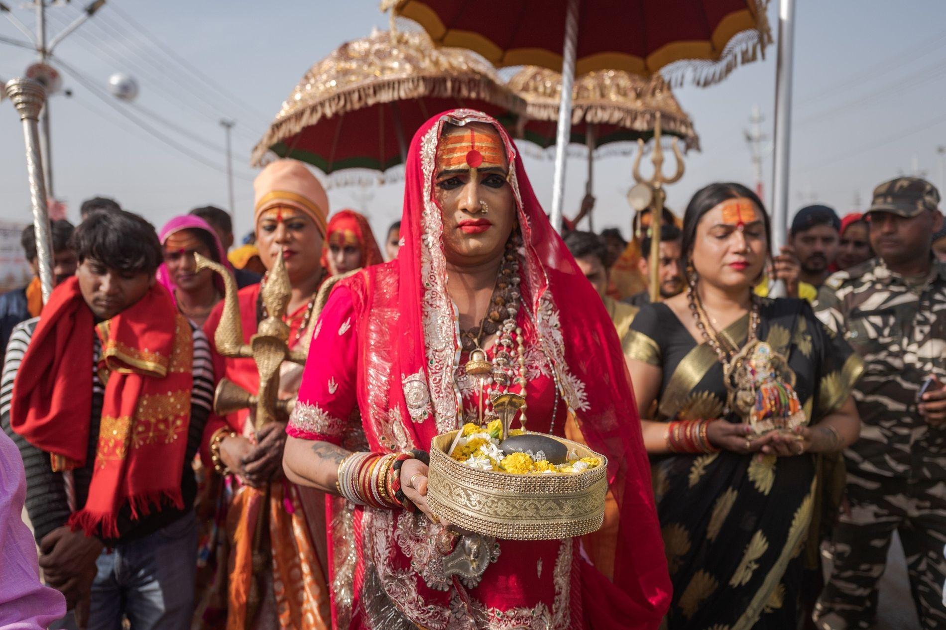A ativista transgênero Laxmi Narayan Tripathi lidera uma procissão religiosa durante o Ardh Kumbh Mela de ...