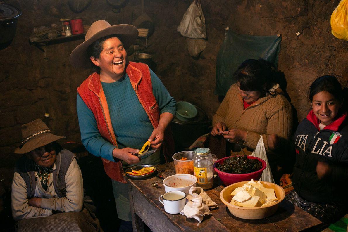 Claudia Corihuman, irmã de Gregoria, prepara uma refeição especial com queijo fresco da região, caviar e ...