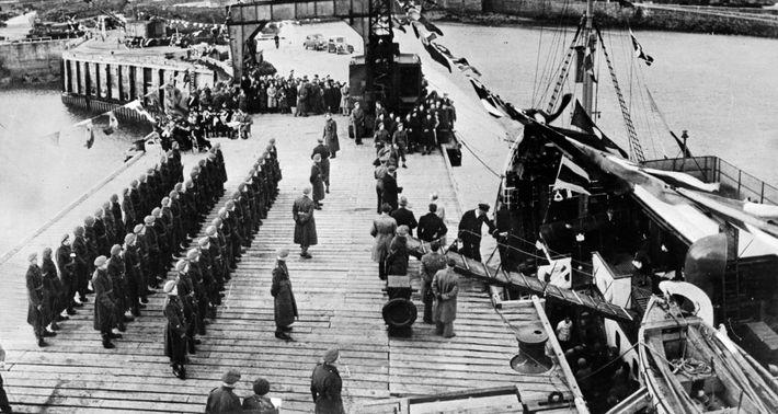 Moradores de Alderney, evacuados durante a guerra, são recebidos de volta à ilha pelas tropas britânicas ...