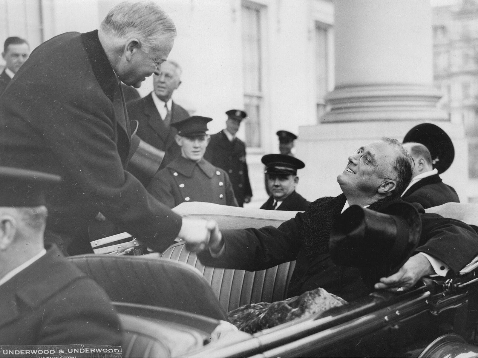Em 4 de março de 1933, o presidente dos Estados Unidos Herbert Hoover (à esquerda) acompanha ...