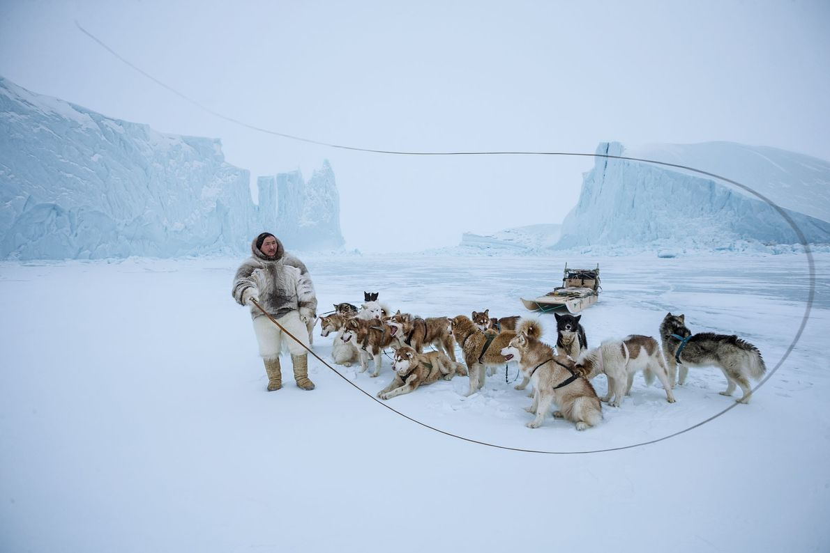 Calças feitas de pele de urso polar identificam Naimanngitsoq Kristiansen, um homem Inuíte de Qaanaaq, no ...