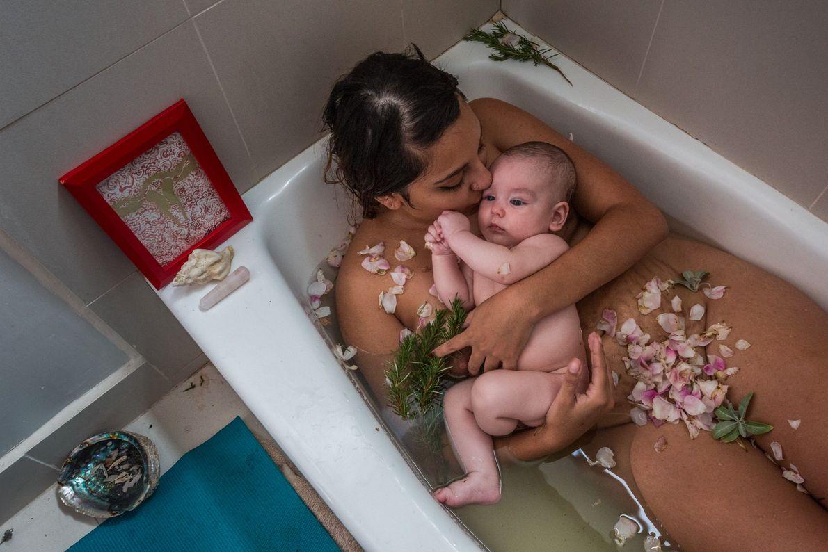 Laura Sermeño e seu filho comemoram o fim de sua cuarentena, ou quarentena. A tradição, comum ...