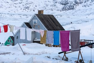 Roupas secam no varal próximo a uma casa em Qasigiannguit, na Groenlândia Ocidental.