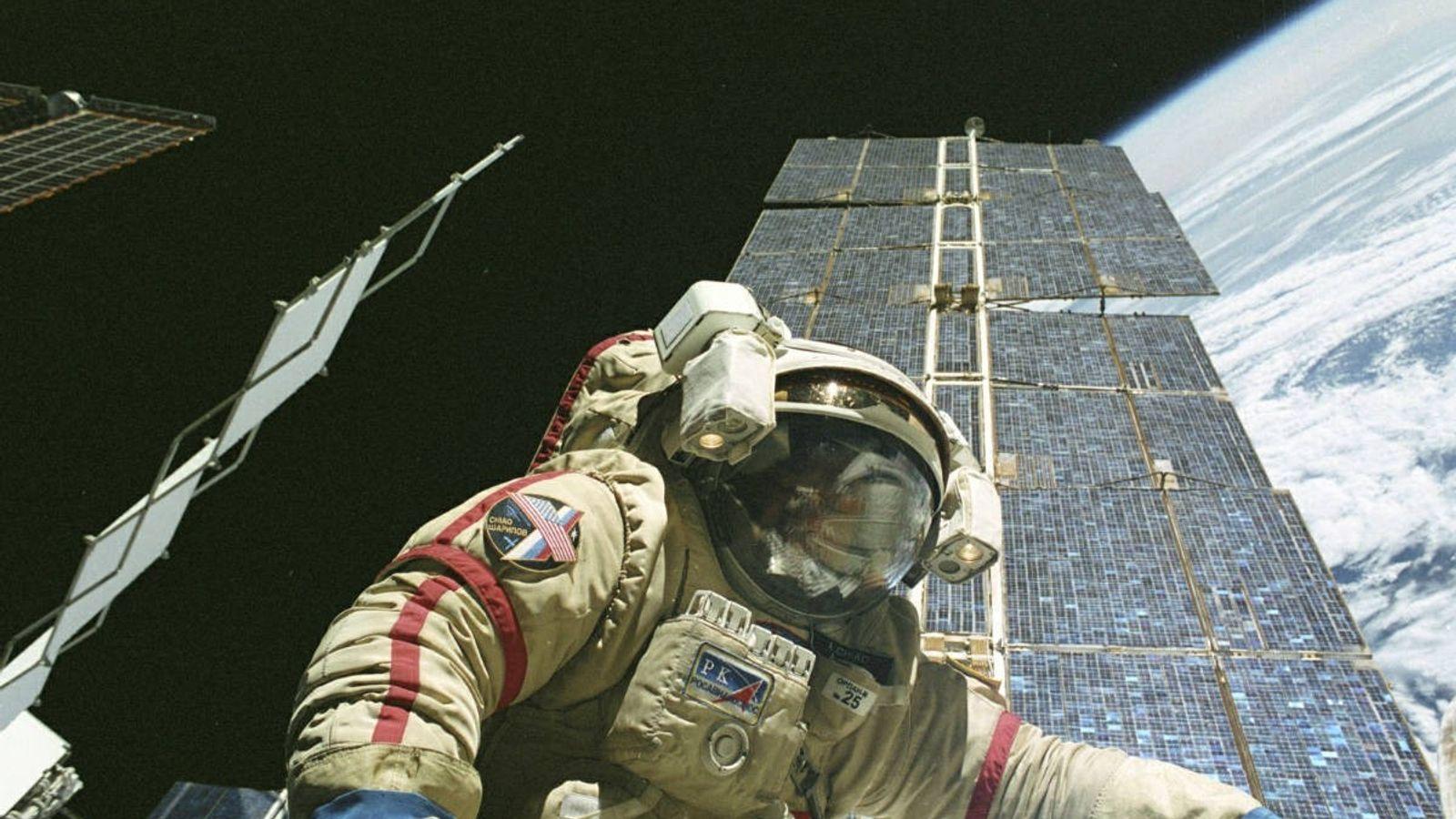 O astronauta Leroy Chiao em missão na Estação Espacial Internacional.