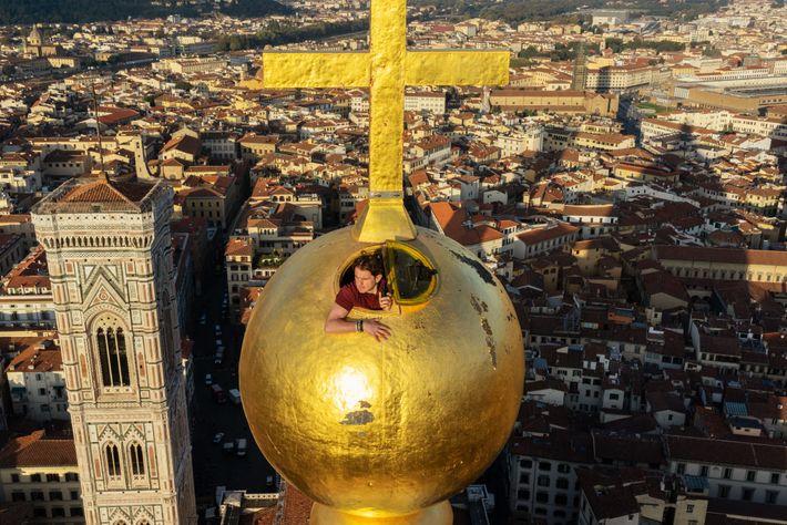 A engenharia deste globo folheado a ouro, concluído durante seu aprendizado com artista Andrea del Verrocchio ...