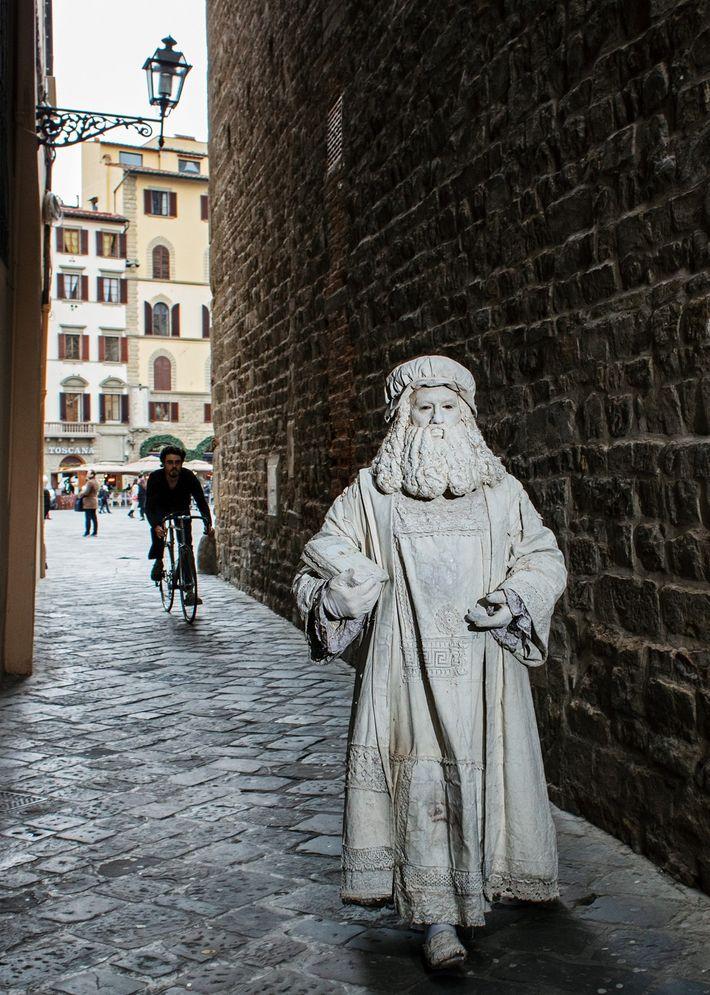"""Em Florença, Leonardo destacou-se por seu talento prodigioso e recebeu suas primeiras encomendas. Ele era """"um ..."""