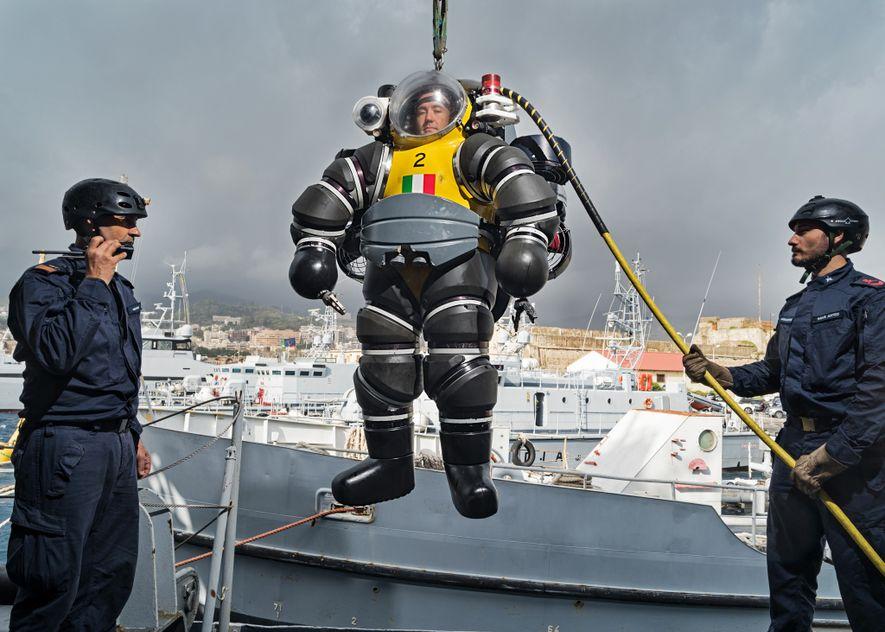 Embora rudimentares, os projetos de Leonardo prenunciaram equipamentos agora usados por militares. Em Messina, um membro ...
