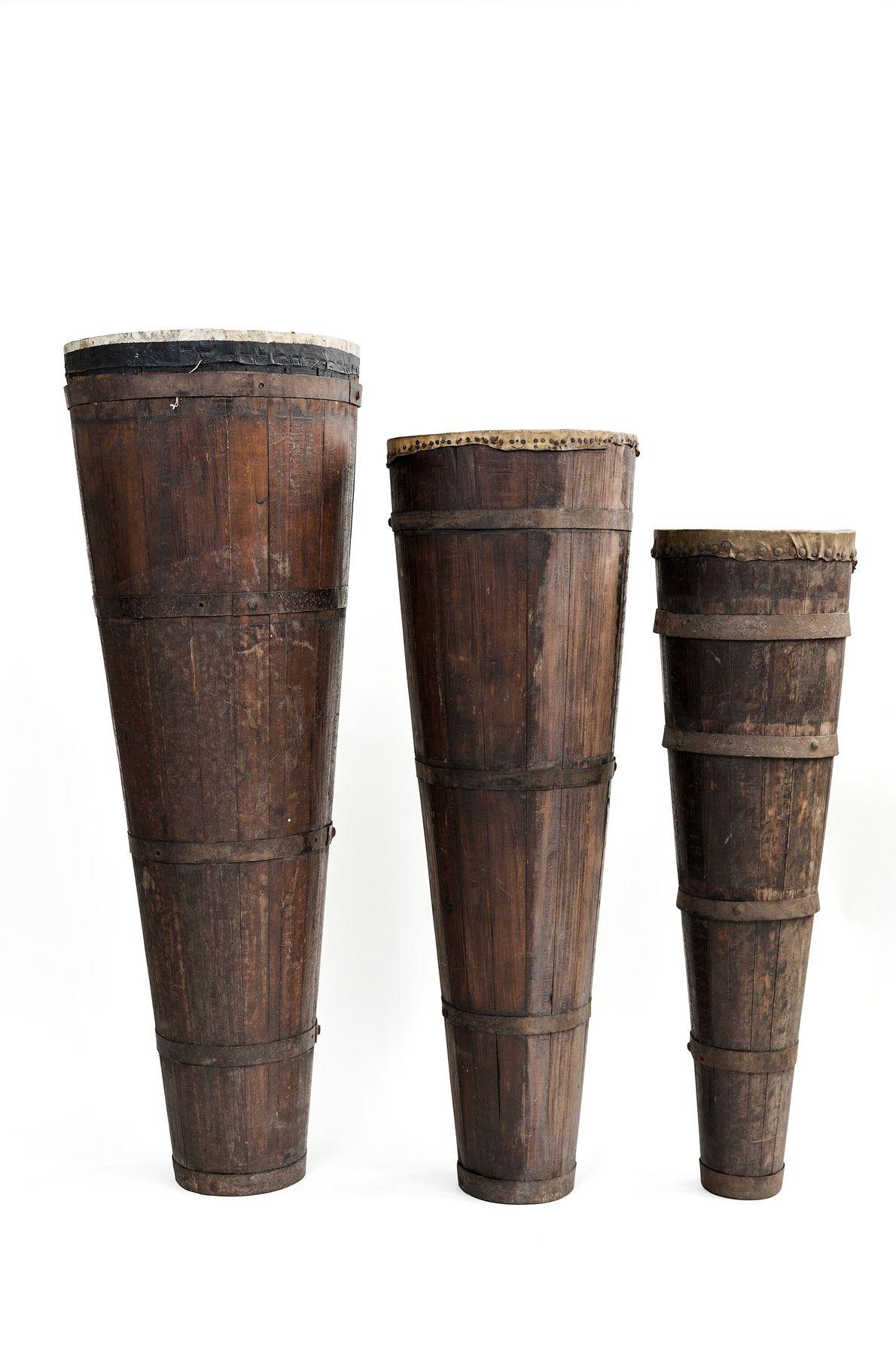 Conjunto de três atabaques utilizados em rituais de candomblé e umbanda. Acervo do Museu da República.