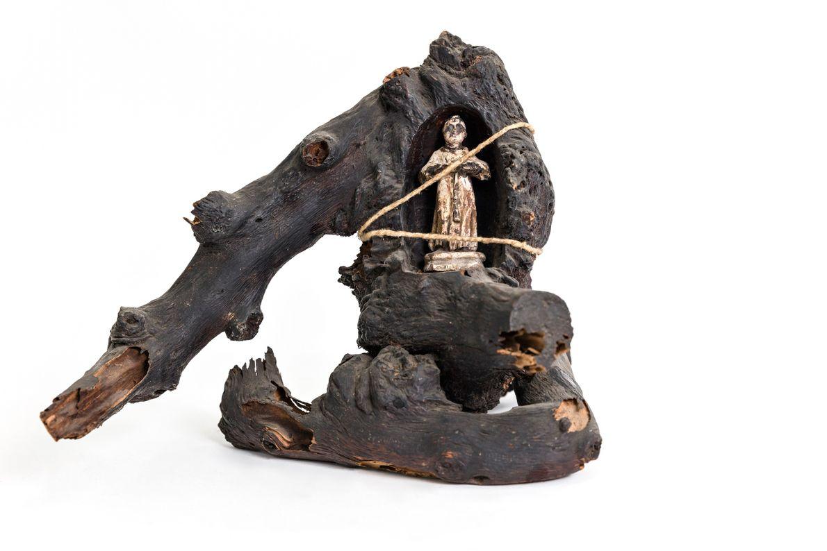 Provável oratório escavado em madeira para Santo Antônio, comumente conhecido como santo casamenteiro no cristianismo popular ...