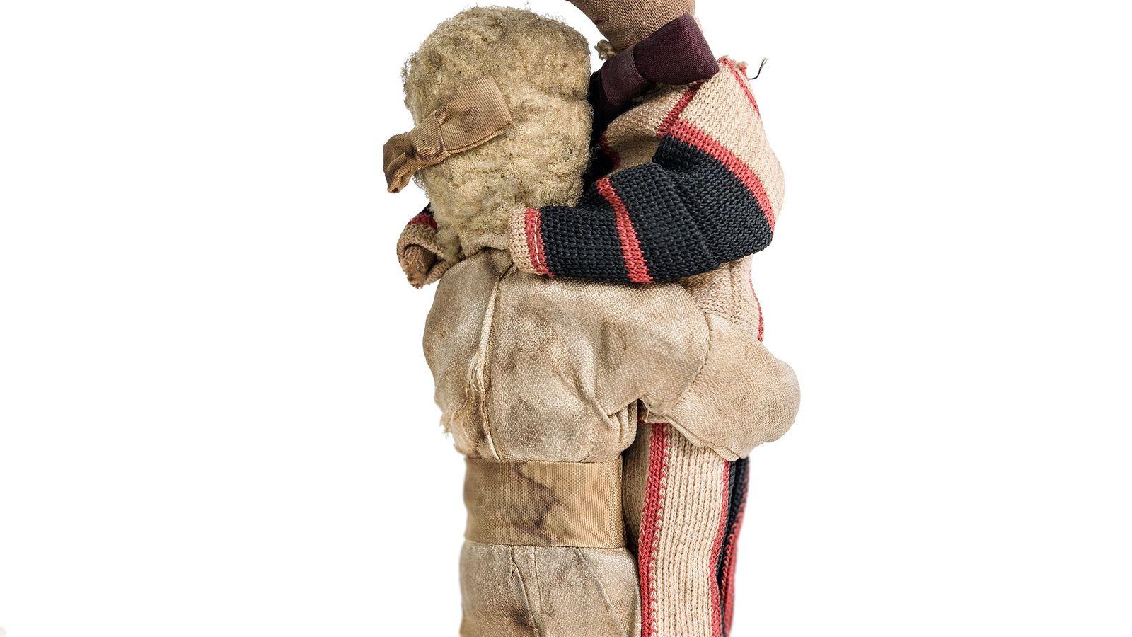 Imagem de um casal abraçado e amarrado nas pernas. Não se sabe ao certo, mas a ...