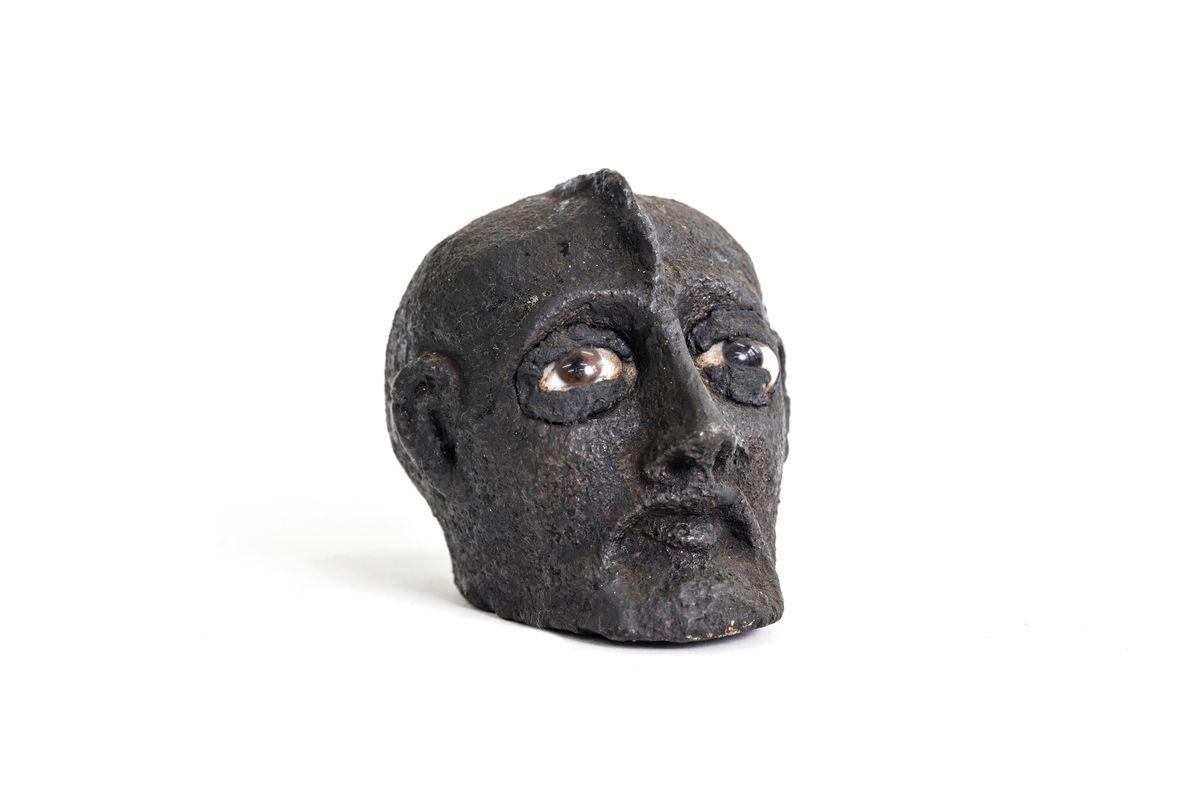 Cabeça esculpida em pedra do caboclo Lalu, espírito de um antigo indígena que se manifesta em ...