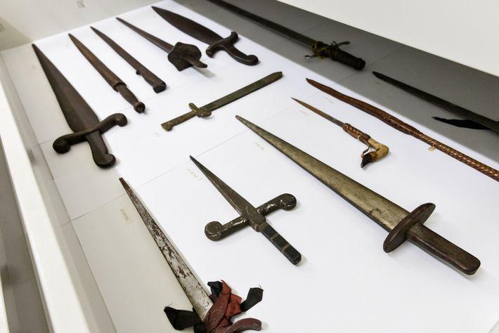 Gavetas da reserva técnica no Museu da República, no Rio de Janeiro, guardam espadas, comumente associadas ...