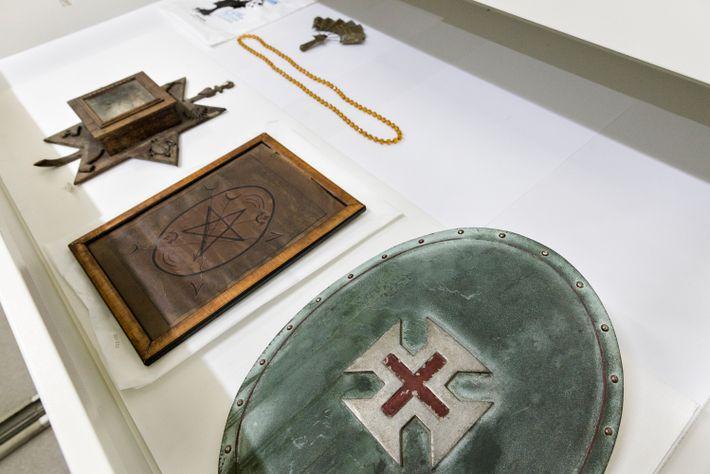 Gaveta da reserva técnica no Museu da República, no Rio de Janeiro, com um escudo de ...
