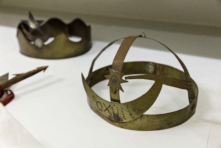 Coroas utilizadas em rituais em homenagem aos orixás Oxun (à direita) e possivelmente Ogun ou Iemanjá ...