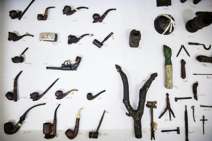 Cachimbos entalhados, forquilhas e figas provavelmente utilizados em rituais.