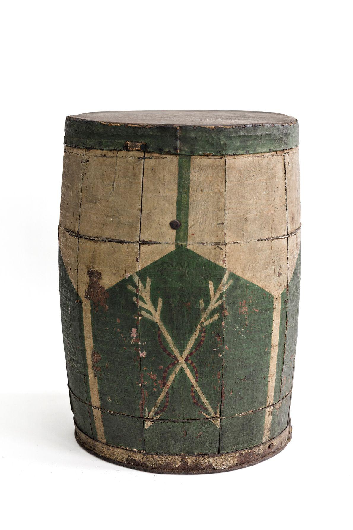 Atabaque com pintura verde e branca e flechas relacionadas a Oxossí, orixá da caça e matas. ...