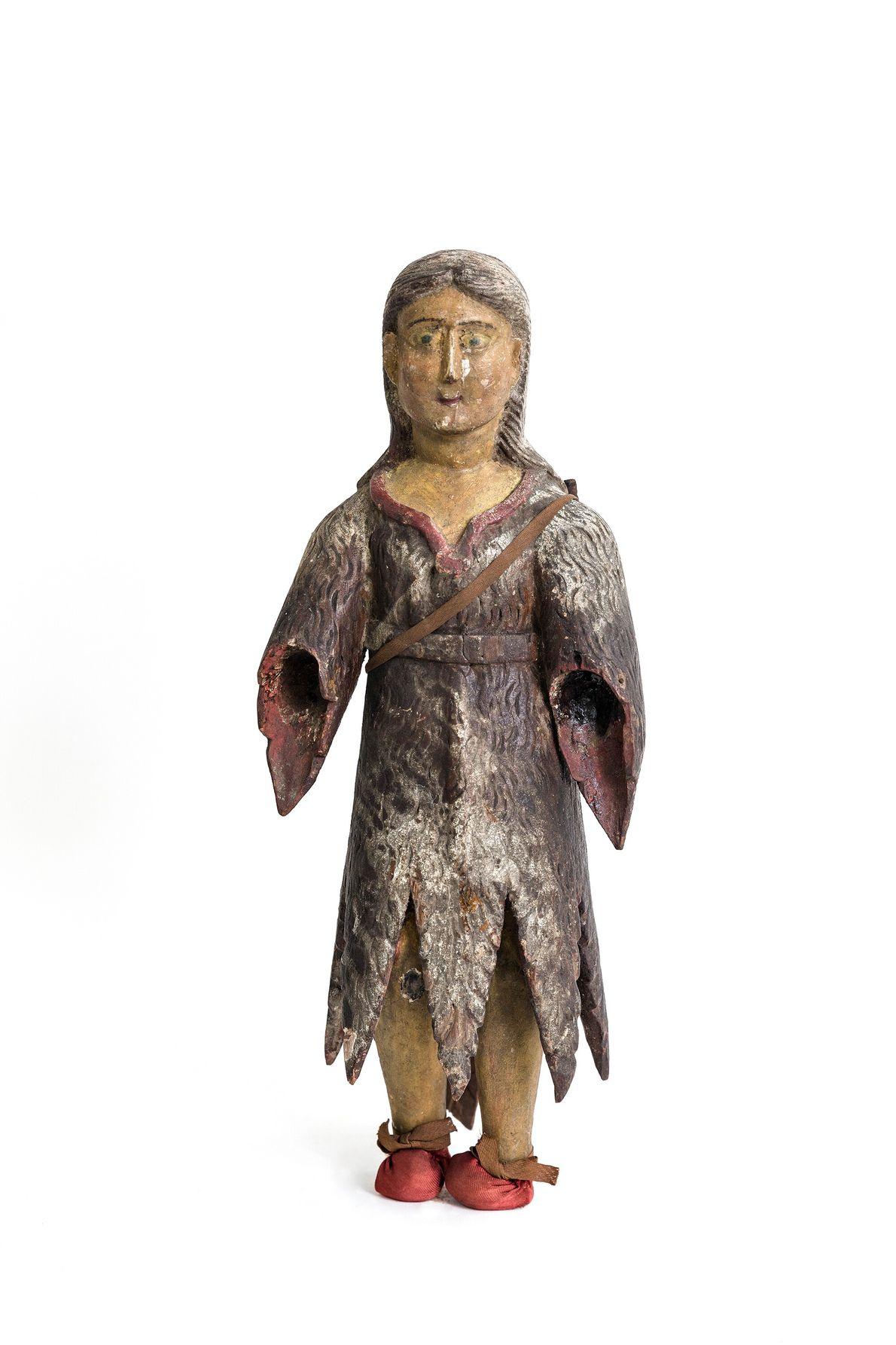 Imagem de um caboclo, nome dado aos espíritos de antigos indígenas, talhada em madeira e pintada. ...