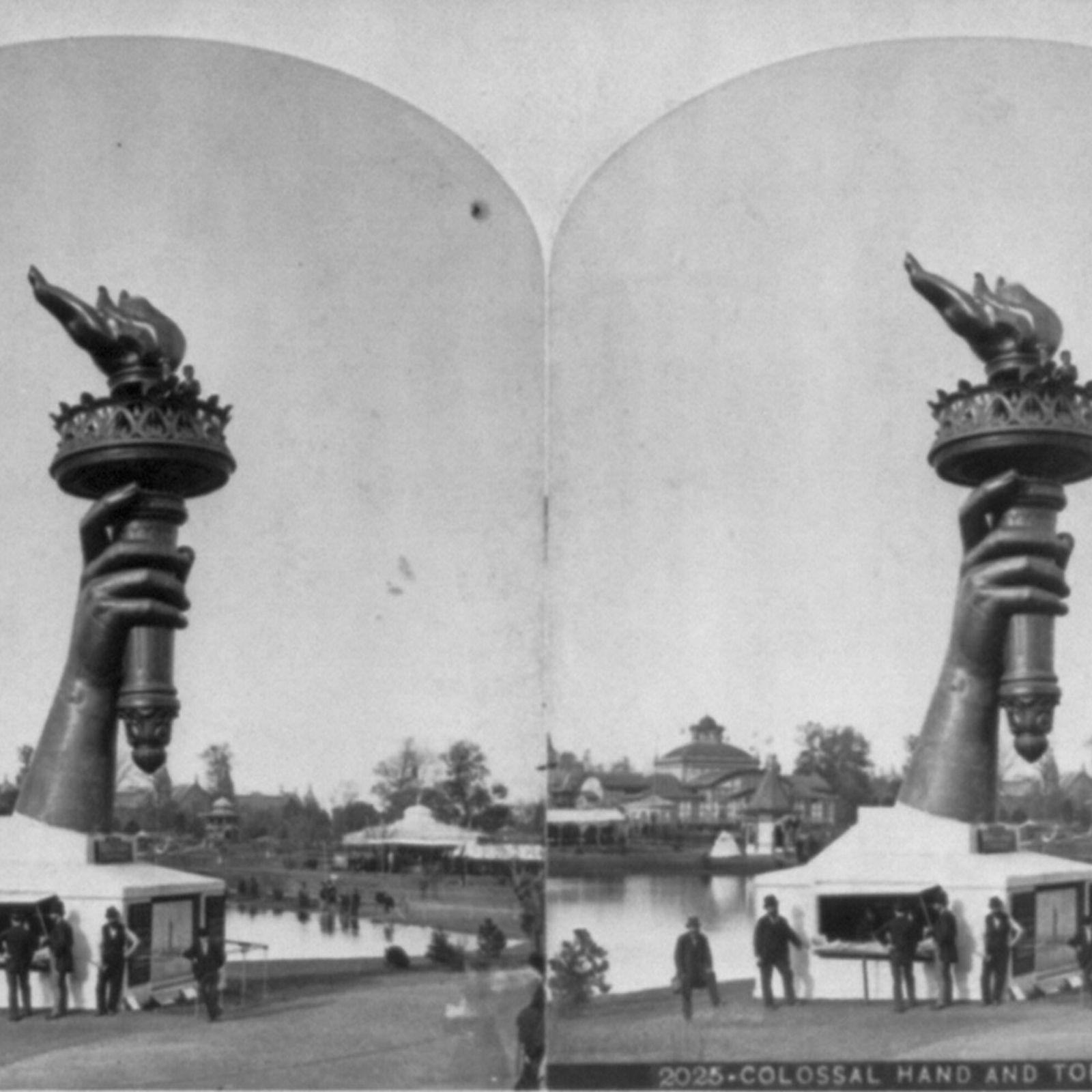 Foto em preto e branco da mão da estátua da liberdade segurando a tocha e destacada ...