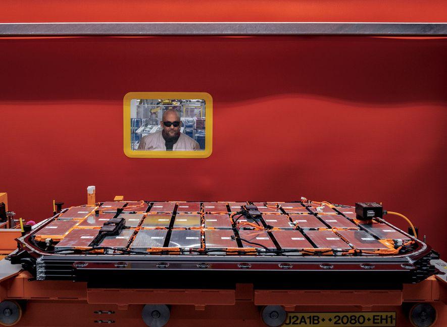 Numa fábrica em Bruxelas, na Bélgica, um trabalhador verifica a bateria de lítio-íon que vai impulsionar ...