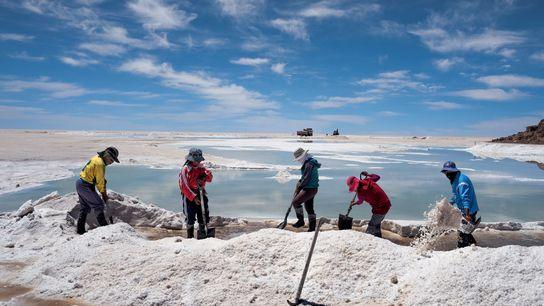 Enquanto a população indígena aimará recolhe e vende o sal incrustado na superfície do Salar de ...