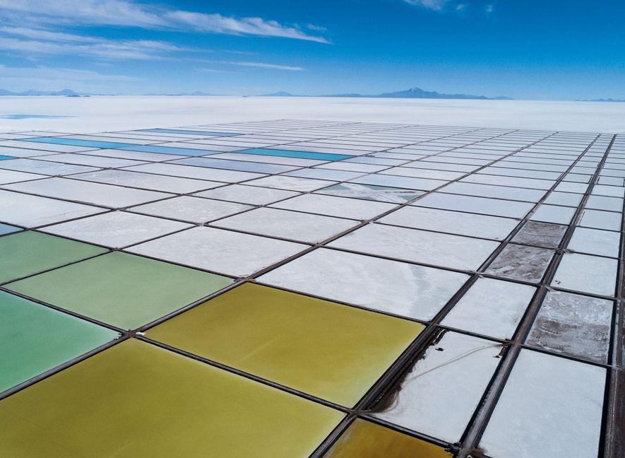 Tanques de evaporação formam um mosaico na usina-piloto de processamento de lítio em Llipi. As instalações ...